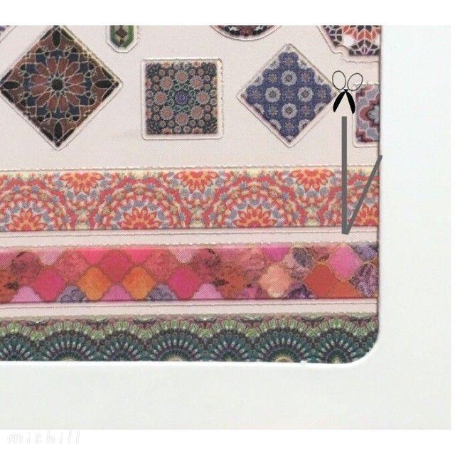 ⑤ 『ネイルシール 薄型 モロッカンタイル』のタイル柄ラインシールの上段と中段のものを、画像のようにハサミでカットし小さな三角形のシール をいくつか作ります。