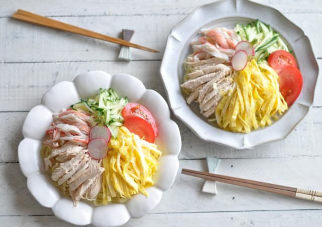 錦糸卵、蒸し鶏、きゅうり、カニカマ、トマトののった冷やし中華