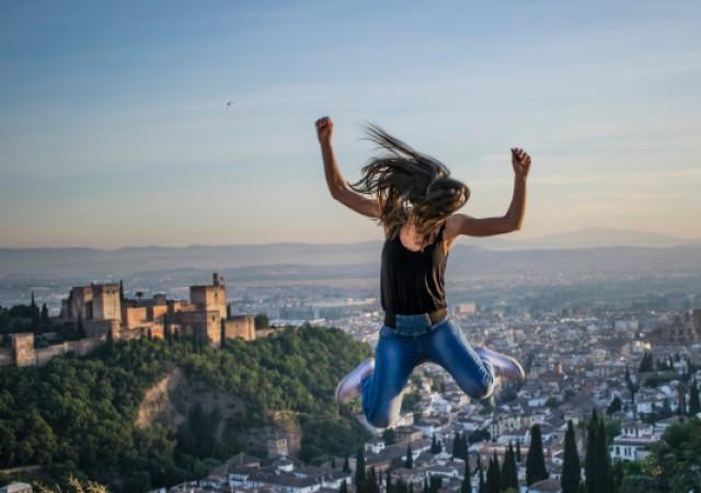 女性が落下する写真